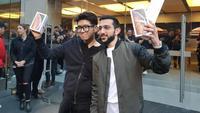 Teddy Lee dan Mazen Kourouche, pembeli pertama iPhone di dunia. Dok: Cnet