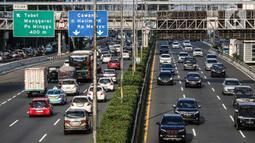 Suasana lalu lintas di Tol Dalam Kota dan Jalan Gatot Subroto, Jakarta, yang macet pada Selasa (19/5/2020). Meski masa pembatasan sosial berskala besar (PSBB) masih berlangsung, kemacetan lalu lintas masih terjadi di Ibu Kota. (Liputan6.com/Faizal Fanani)