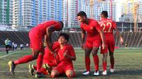 Para pemain Timnas Indonesia U-22 merayakan gol yang dicetak Witan Sulaeman ke gawang Malaysia U-22 pada laga Piala AFF U-22 2019 di Stadion National Olympic, Phnom Penh, Selasa (20/2). Kedua negara bermain imbang 2-2. (Bola.com/Zulfirdaus Harahap)
