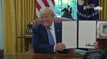 Presiden AS Donald Trump saat mengumumkan Bendera Space Force.