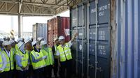 Menteri Lingkungan Malaysia Yeo Bee Yin meninjau kontainer sampah ilegal. Dok: AP