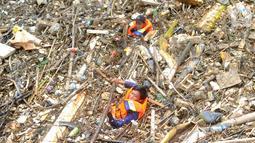 Petugas gabungan membersihkan tumpukan sampah yang menyumbat aliran air Sungai Cikeas di kawasan Bendung Koja Jatiasih, Bekasi, Jawa Barat, Rabu (16/10/2019). Pembersihan sekitar 1.200 meter kubik sampah bambu tersebut diperkirakan menghabiskan waktu dua minggu. (merdeka.com/Arie Basuki)