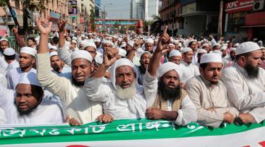 Pendukung dan simpatisan Hefazat-e-Islam melakukan aksi protes menuntut patung Lady Justice dihapus di kompleks Mahkamah Agung, Dhaka, Bangladesh, (24/2). Hefazat-e-Islam adalah gabungan organisasi Islam di Bangladesh. (AP Photo / A.M. Ahad)
