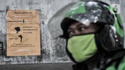 Selebaran info mengenai Covid-19 terpasang di Posko Aman Covid-19, Jakarta, Selasa (11/8/2020). Dalam sehari, Posko Aman Covid-19 rata-rata mampu memeriksa hingga 1.000 pengojek mulai pukul 08.00 WIB-17.00 WIB. (merdeka.com/Iqbal Nugroho)