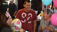 Legenda bulutangkis Indonesia, Susy Susanti, mendapat kejutan pada hari ulang tahunnya ke-47, Minggu (11/2/2018). Kejutan diberikan tim Indonesia yang tengah berjuang di Kejuaraan Bulutangkis Asia Beregu 2018. (PBSI)