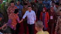 Wakil Presiden Jusuf Kalla (JK) meninjau Mesjid Raya Bukaka Watampone, Makassar, Sabtu (6/6/2015). JK ditemani istrinya Mufidah Jusuf Kalla saat mengunjungi Masjid Raya Bukaka. (Liputan6.com/Faizal Fanani)