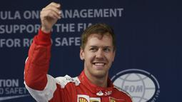 Sebastian Vettel harus puas mengawali lomba di GP China dari tempat ketiga. Jagoan tim Ferrari itu tertinggal 0,905 detik dari Hamilton (FRED DUFOUR/AFP)