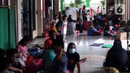 Suasana lokasi pengungsian warga di halaman Masjid Jami Al-Jihad, Perumahan Periuk Damai, Tangerang, Banten, Selasa (23/2/2021). Banjir setinggi 2,5 meter membuat warga harus mengungsi di tempat yang aman. (Liputan6.com/Angga Yuniar)