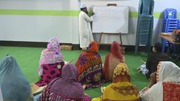 Anggota komunitas transgender belajar membaca Alquran di dalam Madrasah Dawatul Islam Tritio Linger untuk jenis kelamin ketiga, di Dhaka, Bangladesh, Selasa (17/11/2020). Akan ada lebih dari 150 siswa yang belajar mengenai mata pelajaran Islam dan kejuruan secara gratis. (Munir Uz zaman/AFP)