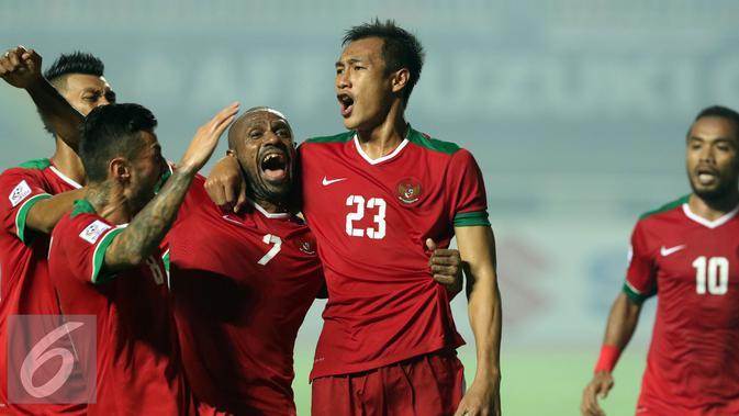 Pemain Timnas Indonesia merayakan gol yang dicetak Hansamu Yama Pranata (23) saat laga final pertama Piala AFF 2016 melawan Thailand di Stadion Pakansari, Bogor, Rabu (14/12). Indonesia unggul 2-1 atas Thailand. (Liputan6.com/Helmi Fithriansyah)
