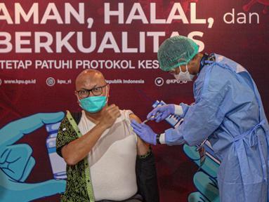 Plt Ketua KPU RI Ilham Saputra menjalani penyuntikan vaksin COVID-19 di Gedung KPU, Jakarta, Rabu (17/3/2021). Sebanyak 549 anggota KPU mengikuti vaksinasi COVID-19 sebagai upaya pengendalian penularan. (Liputan6.com/Faizal Fanani)