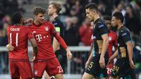 Gelandang Bayern Munchen, Thomas Muller (dua dari kiri) melakukan selebrasi setelah mencetak gol ke gawang Arsenal, pada Matchday 4 Grup F Liga Champions, di Allianz Arena, Kamis (5/11/2015) dini hari WIB. Munchen menang 5-1. (EPA/Peter Kneffel)