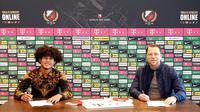 Bagus Kahfi mengenakan batik saat menandatangani kontrak bersama FC Utrecht. (Doc FC Utrecht).