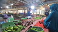 Pedagang jengkol di Pasar Cisalak saat melayani pembeli. (Liputan6.com/Dicky Agung Prihanto)
