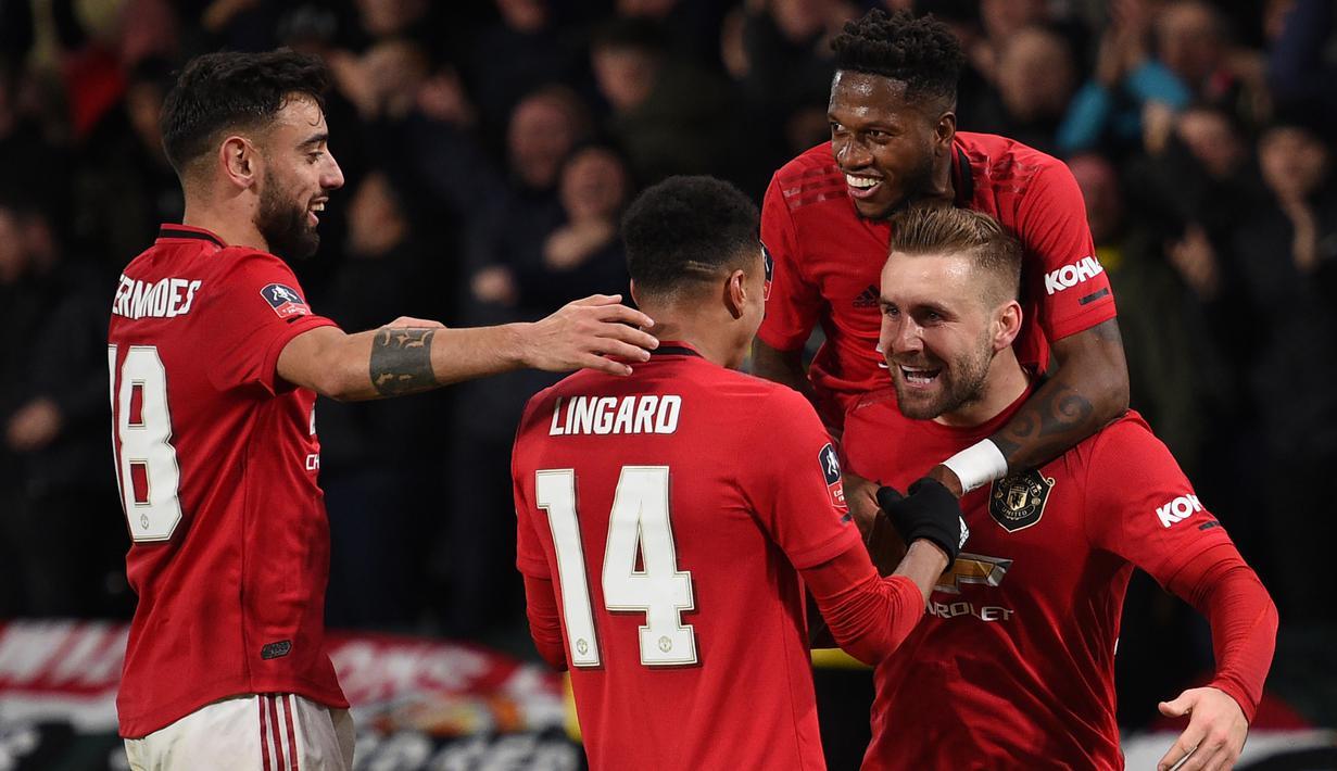 Pemain Manchester United merayakan gol yang dicetak Luke Shaw ke gawang Derby Country pada laga babak kelima Piala FA di Pride Park Stadium, Kamis (5/3). Manchester United menang 3-0 atas Derby Country. (AFP/Oli Scarff)