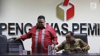 Anggota Bawaslu Mochammad Afifuddin (kanan) dan Rahmat Bagja (kiri) memberi keterangan di Jakarta, Senin (12/3). Berdasarkan analisis Bawaslu, ada Rp 3,9 miliar dana yang dipakai dari luar rekening dana kampanye peserta pilgub. (Liputan6.com/JohanTallo)