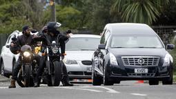 Anggota geng motor memberikan pengawalan mobil jenazah yang membawa jasad Daoud Nabi, salah satu korban serangan kembar masjid di Christchurch, untuk dimakamkan di Memorial Park Cemetery, Selandia Baru, Kamis (21/3). (Marty MELVILLE/AFP)