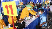 Petugas melakukan tes skrining terhadap calon penerima vaksin COVID-19 di Terminal Poris Plawad, Cipondoh, Kota Tangerang, Kamis (4/3/2021). Ada sebanyak 1.000 peserta pekerja transportasi mulai dari sopir angkot, bus, taksi dan ojek yang divaksinasi Covid-19. (Liputan6.com/Angga Yuniar)