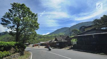 Kondisi jalanan di kawasan Puncak yang terlihat sepi, Bogor (29/03). Akibat terjadi longsor di Ciloto, sejumlah jalan di kawasan puncak ditutup. (Merdeka.com/Arie Basuki)