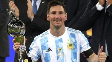 Penantian panjang Lionel Messi akhirnya terbayar setelah Argentina mampu juarai Copa America 2021. Ia merupakan pemain paling gemilang di turnamen ini. Terbukti, dirinya berhasil mempersembahkan empat gol dan lima assit serta menyabet titel pemain terbaik Copa America 2021. (Foto: AFP/Carl De Souza)