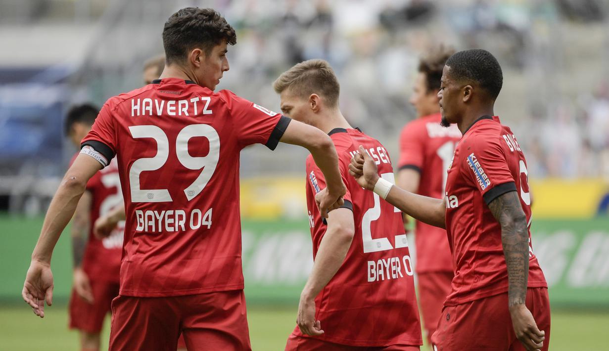 Pemain Bayer Leverkusen, Kai Havertz dan Leon Bailey melakukan selebrasi usai membobol gawang Borussia Moenchengladbach pada laga Bundesliga, Minggu (24/5/2020). Bayer Leverkusen menang 3-1 atas Borussia Moenchengladbach. (AFP/Ina Fassbender)
