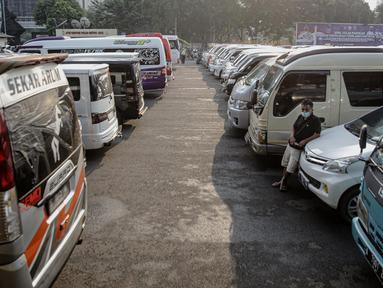 Deretan kendaraan travel gelap yang disita jajaran Direktorat Lalu Lintas Polda Metro Jaya, Jakarta, Kamis (29/4/2021). Sebanyak 115 kendaraan travel gelap diamankan karena diduga kuat mengangkut pemudik di tengah masa pengetatan larangan mudik 2021. (Liputan6.com/Faizal Fanani)