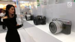 Sejumlah kamera dipajang di Official Store Tokopedia, Lippo Mall Puri, Kembangan, Jakarta Barat, Jumat(29/3). Official Store hadir sebagai solusi pengguna untuk membeli jutaan produk lebih dari dua ribu merek selama periode 25 Maret hingga 7 April. (Liputan6.com)