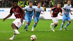Gelandang AC Milan, Franck Kessie saat mengeksekusi penalti ke gawang Lazio selama pertandingan lanjutan Liga Serie A Italia di stadion San Siro (13/4). Milan menang tipis atas Lazio 1-0. (AFP Photo/Miguel Medina)