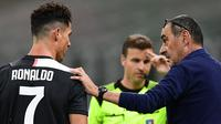 Pelatih Juventus, Maurizio Sarri, berbicara dengan Cristiano Ronaldo saat menghadapi AC Milan pada laga lanjutan Serie A di San Siro, Rabu (8/7/2020) dini hari WIB. Juventus kalah 2-4 atas AC Milan. (AFP/Miguel Medina)
