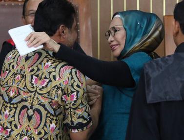 Ratna Sarumpaet Cipika Cipiki dengan Presiden KSPI di Sidang Kasus Hoaks