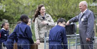 Kate Middleton, istri dari Pangeran Wiiliam yang gemar melakukan kegiatan sosial ini ternyata juga pecinta hewan. Selain itu banyak juga hal positif yang dilakukan Kate untuk berbagi kepada sesama. (AFP/Bintang.com)
