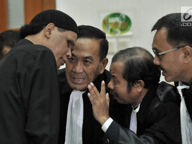 Terdakwa Hercules Rosario Marshal berdiskusi dengan kuasa hukum saat sidang vonis terkait kasus penguasaan lahan milik PT Nila Alam di Pengadilan Negeri Jakarta Barat, Rabu (27/3). Majelis Hakim PN Barat memvonis Hercules 8 bulan penjara. (merdeka.com/Iqbal S. Nugroho)