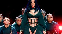 Aksi panggung penyanyi rapper Cardi B saat tampil acara BET Awards 2019 di Los Angeles, AS (24/6/2019). Cardi B berduet dengan sang suami, rapper Offset saat tampil di atas panggung BET Awards 2019. (AFP Photo/Frederick M. Brown)