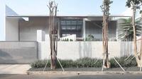 Pagar rumah minimalis kombinasi beton dan besi, MM House di Tangerang karya Studio TonTon. (dok. Arsitag.com)