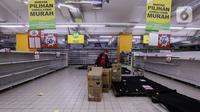 Konsumen memilih barang kebutuhan di salah satu gerai supermarket Giant di Jakarta, Kamis (4/3/2021). Poster-poster discount closing store dan rak-rak kosong menjadi pemandangan setiap konsumen yang datang. (Liputan6.com/Johan Tallo)
