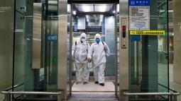 Para staf melakukan disinfeksi di sebuah elevator di area bawah tanah Stasiun Kereta Api Hankou di Wuhan, Provinsi Hubei, 23 Maret 2020. Masyarakat perlu mendaftarkan nama asli mereka jika ingin menggunakan transportasi umum atau taksi di kota tersebut. (Xinhua/Shen Bohan)