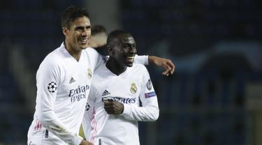 FOTO: Meski Unggul Jumlah Pemain, Real Madrid Cuma Menang Tipis 1-0 atas Atalanta - Ferland Mendy; Raphael Varane