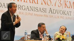Guru Besar bidang hukum Jawahir Thontowi (kiri) melakukan diskusi bersama Narasumber lainnya yang hadir di Hotel Crown Plaza, Jakarta, Jum'at (16/10/2015). Diskusi menitik beratkan permasalahan soal Advokat di Indonesia. (Liputan6.com/andrian martinus)
