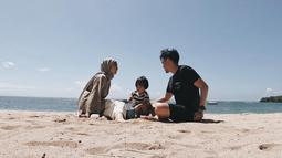 Selain aktif bermusik, Ayu dan Ditto saat ini juga merambah dunia Youtube dengan mengunggah vlog liburan mereka bersama Sekala di channel 'Teman Tapi Menikah'. (Liputan6.com/IG/@dittopercussion)