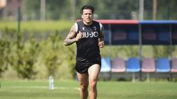 Pemain Bologna, Federico Santander, melakukan latihan di Bologna (5/5/2020). Sejumlah klub menggelar latihan jelang bergulirnya kembali liga-liga di Eropa. (AP/Massimo Paolone)
