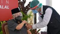 Wapres Ma'ruf Amin menerima suntikan vaksin Covid-19 dosis pertama pada Rabu (17/2/2021). (Foto: Setwapres)