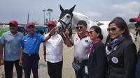 Menpora Zainuddin Amali (biru) ditemani oleh Ketua KONI Pusat, Marciano Norman (ketiga dari kiri), hadir dalam pembukaan Equestrian Champions League di Jakarta Internasional Equestrian Park Pulomas (JIEPP), Sabtu (14/12/2019). (Istimewa)