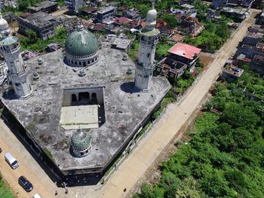 Foto udara menunjukkan Masjid Agung yang hancur di Kota Marawi, Mindanao, Filipina, 23 Mei 2019. Kota yang sempat dikuasai ISIS tersebut tetap menjadi reruntuhan, para ahli pun memperingatkan bahwa upaya rekonstruksi yang macet memperkuat daya tarik kelompok ekstremis. (Noel CELIS/AFP)