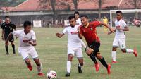 Pemain Persibat (merah) dikepung pemain PSMS di Stadion Moch Sarengat, Batang, Kamis (27/6/2019). (Bola.com/Media officer Persibat Batang)