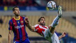 Pemain Athletic Bilbao, Raul Garcia, menendang bola saat melawan Barcelona pada laga final Piala Super Spanyol di Stadion La Cartuja, Minggu (17/1/2021). Athletic Bilbao menang 3-2 atas Barcelona. (AP/Miguel Morenatti)