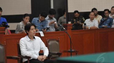 Roger Danuarta mengikuti persidangan lanjutan kasus penyalahgunaan narkoba di pengadilan Jakarta Timur, Senin (26/5/14). (Liputan6.com/Panji Diksana)