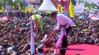 Calon Presiden Jokowi menerima jaket dari seorang bocah saat berkampanye di Kupang, NTT. (Liputan6.com/Ola Keda)