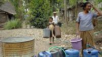 Di Dusun Onggoboyo, Desa Babadan, Kecamatan Ngancar, Kediri, Jawa Timur tersebut, tidak ada sumber mata air sehingga warga sangat bergantung pada kiriman air pemerintah. (Antara).