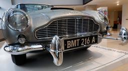Plat nomor Mobil Aston Martin DB5 dalam film James Bond 1965 yang ditampilkan di rumah lelang Sotheby, New York, Senin (29/7/2019). Aston Martin DB5 ini hanya muncul di dua film James Bond Lawas, Goldfinger dan Thunderball. (AP/Richard Drew)