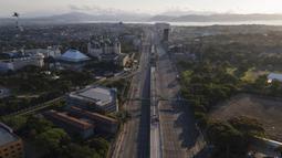 Barisan pegunungan terlihat di belakang Commonwealth Avenue yang hampir kosong saat pemerintah menerapkan lockdown ketat untuk mencegah penyebaran COVID-19 pada Jumat Agung di Quezon, Filipina, Jumat (2/4/2021). Lockdown dilakukan di Manila dan beberapa daerah lainnya. (AP Photo/Aaron Favila)